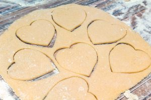 biscuits-sable-emporte-piece-coeur-decoration-glacage-royal